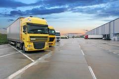 Camion de cargaison au bâtiment d'entrepôt Images libres de droits