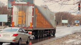 Camion de cargaison avec le logo de confiserie de ROSHEN sur un feu de signalisation rouge à l'carrefours Passage pour piétons Bo banque de vidéos