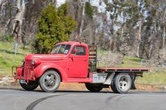 Camion 1939 de Chevrolet VB conduisant sur la route de campagne Photos libres de droits