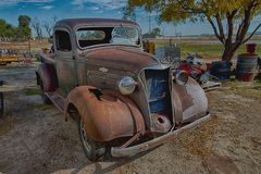 1937 camion de Chevrolet, yard de récupération Images libres de droits