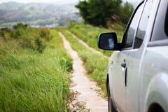 Camion de collecte avec la prairie sur le latéral Images libres de droits