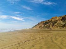 Camion de collecte sur une plage sablonneuse photographie stock libre de droits