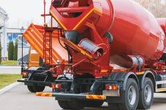 Camion de construction - mélangeur concret avec le corps rouge photographie stock libre de droits