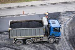 Camion de déchargeur avec l'asphalte frais photo libre de droits