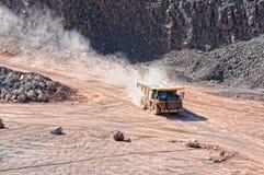 Camion de déchargeur conduisant autour dans le mien d'exploitation à ciel ouvert de la roche de porphyre Photo libre de droits