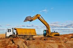 Camion de déchargeur de chargement d'excavatrice image libre de droits