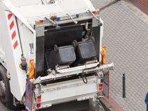 Camion de camion des éboueurs de déchets sur la rue de ville photographie stock