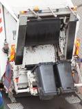 Camion de camion des éboueurs de déchets sur la rue de ville photo libre de droits