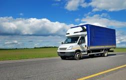 Camion de distribution avec la cabine blanche et la remorque bleue photo stock