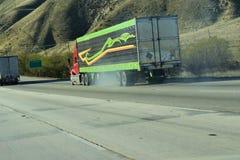 Camion de dix-huit rouleurs semi entraînant une réduction une montagne images stock
