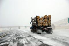 Camion de enregistrement sur la route glaciale photo stock