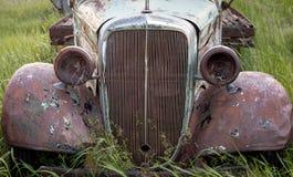Camion de ferme laissé pour se rouiller et se décomposer Photo stock