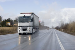 Camion de fret sur la route Photo stock