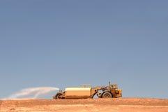Camion de l'eau au chantier de construction photographie stock libre de droits
