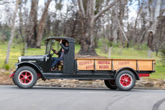 Camion de l'International 1926 conduisant sur des routes de campagne Photographie stock libre de droits