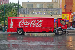 Camion de livraison de coca-cola s'arrêtant par le bord de la route à New York City un jour pluvieux Image libre de droits