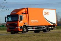 Camion de livraison postale global de TNT - DAF Images stock