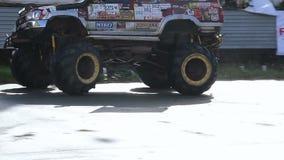 Camion de monstre hurlant, entourer, montrant la puissance avec le bruit clips vidéos