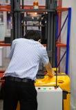 Camion de palette électrique de contrôle de travailleur photos stock