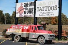 Camion de Phillips 66 chez Uranus sur Route 66 photographie stock
