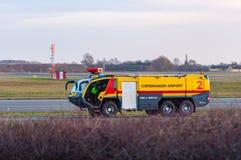 Camion de pompiers à l'aéroport Kastrup de Copenhague Images stock