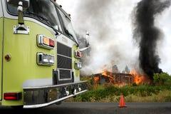 Camion de pompiers à l'incendie de maison Image stock