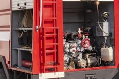 Camion de pompiers avec l'équipement photographie stock