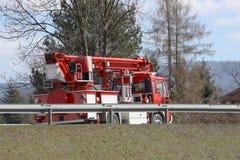 Camion de pompiers avec une échelle passant la route Vue arrière des véhicules spécialisés Les sapeurs-pompiers vont appeler image libre de droits