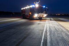 Camion de pompiers d'aéroport le soir Photographie stock libre de droits