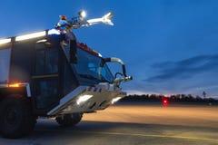 Camion de pompiers d'aéroport le soir Image stock