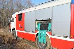 Camion de pompiers dans la forêt Images stock