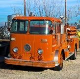 Camion de pompiers de cru images stock