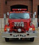 Camion de pompiers international Front View d'ouvrier chargé des pompes Image stock
