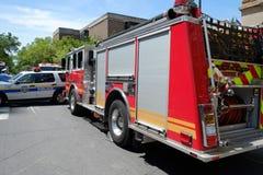 Camion de pompiers répondant au moteur de construction effondré Image stock