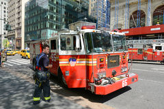 Camion de pompiers rouge à New York City Image stock
