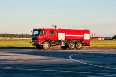 Camion de pompiers rouge d'aérodrome à l'aéroport Photos stock