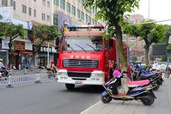 Camion de pompiers sur la précipitation Photos stock