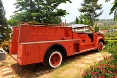 Camion de pompiers sur la précipitation Photo stock