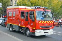 Camion de pompiers sur la précipitation Image stock