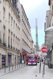 camion de pompiers sur une rue de Paris Photos stock