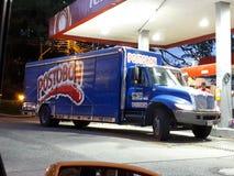 Camion de Postobon sur la station service Images stock
