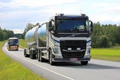 Camion de réservoir à lait de Volvo FH sur la route d'été Images stock