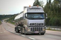 Camion de réservoir argenté de Volvo FH16 sur la route Photographie stock libre de droits