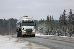 Camion de réservoir blanc de Volvo NH12 semi sur la route d'hiver Photo libre de droits