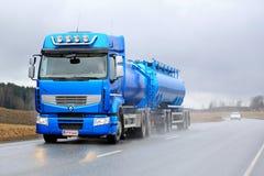 Camion de réservoir bleu de Renault Premium 460 en conditions pluvieuses Photos libres de droits