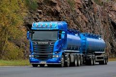 Camion de réservoir bleu de Scania R580 sur la route Photo stock