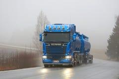 Camion de réservoir bleu de Scania R580 sur la route brumeuse Photo libre de droits
