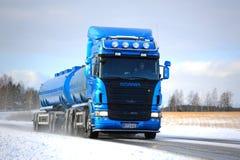 Camion de réservoir bleu de Scania R500 sur la route d'hiver Image stock