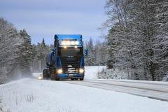 Camion de réservoir bleu de Scania sur la route bleue d'hiver Photographie stock libre de droits