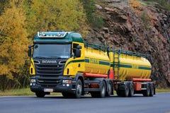 Camion de réservoir coloré de Scania R500 sur la route Images stock